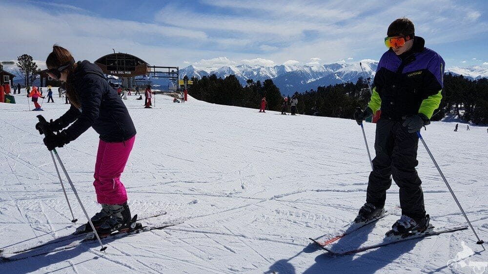 principiantes esquiando