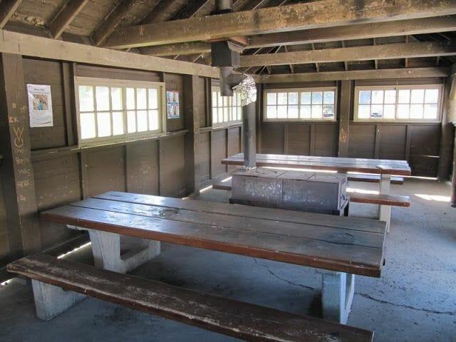 mesas y bancos de picnic cubiertos en camping mosquito creek