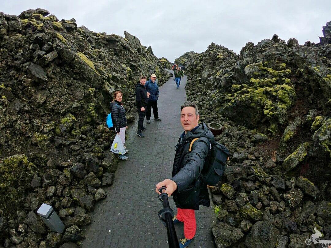 camino de lava para entrar a blue lagoon