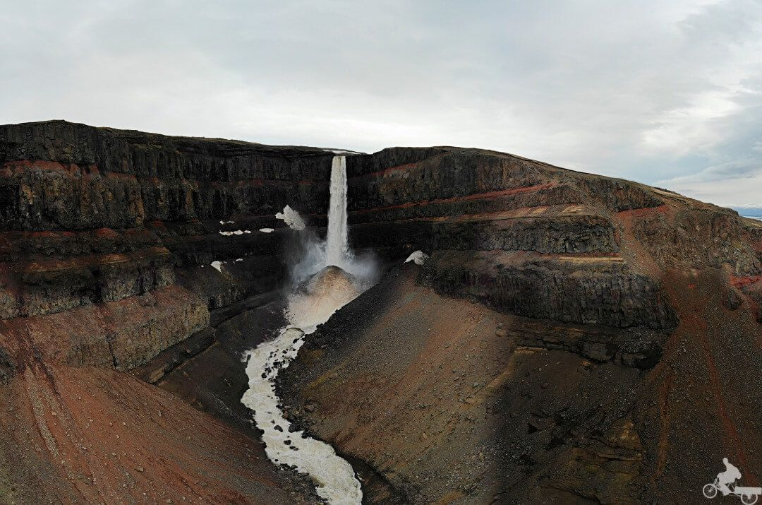cascada hengifoss desde el aire