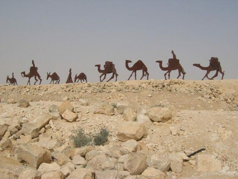 camellos caravana avedat escultura