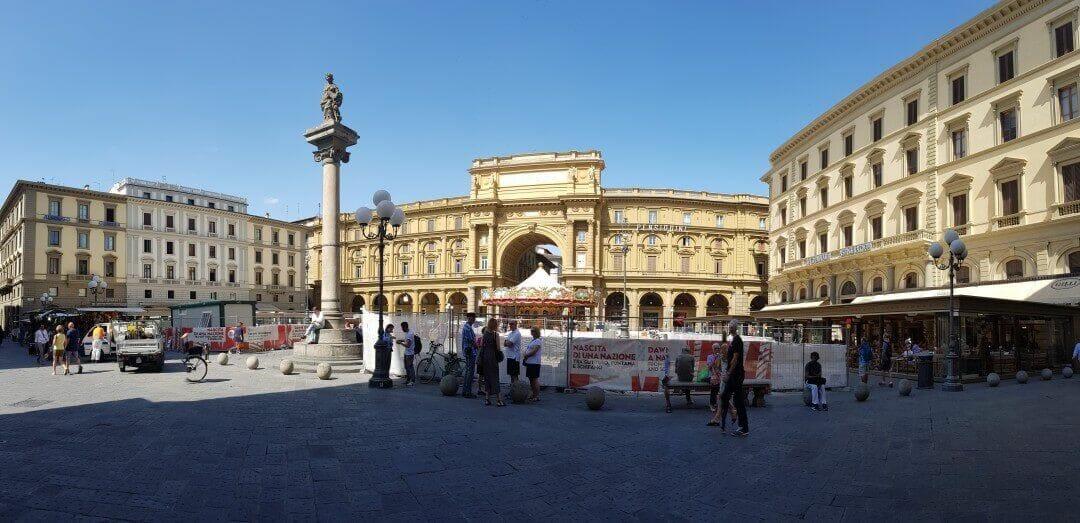 plaza republica en nuestro free tour Florencia