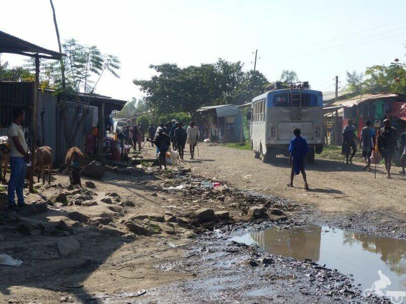 carreteras de etiopía con autobus