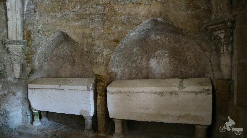 tumbas del claustro de la catedral vieja de Coimbra se Velha