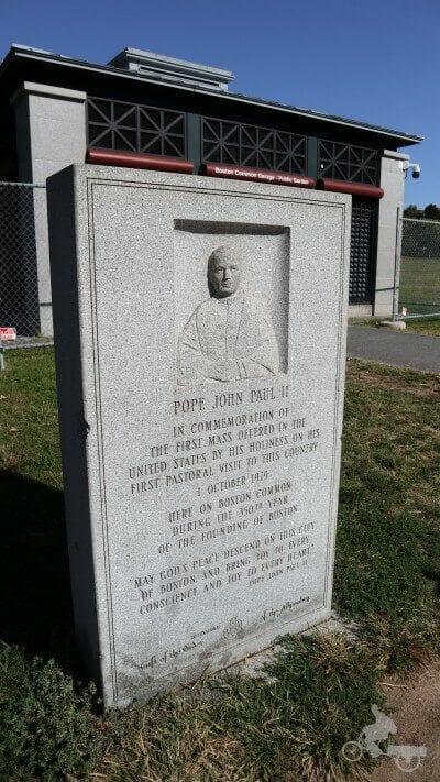 placa conmemorativa Juan pablo II en common park