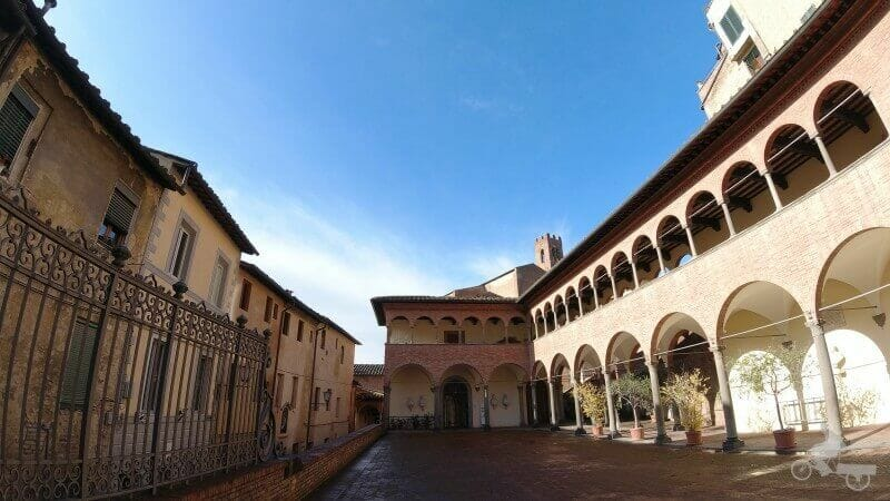 pórtico de los pueblos Santa Caterina - qué ver en Siena en un día