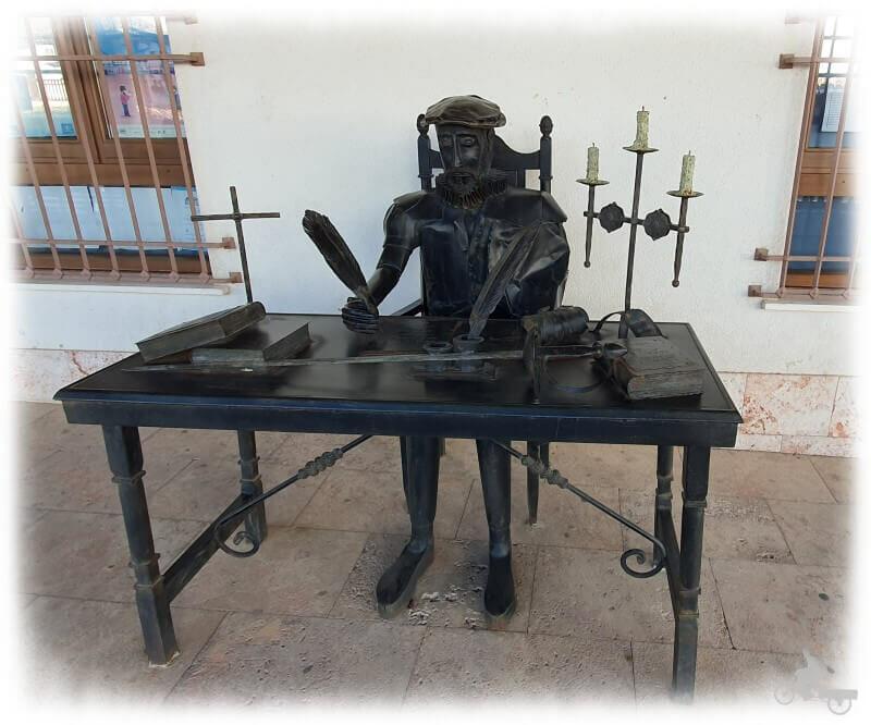 estatua de cervantes en pueblo de la Mancha