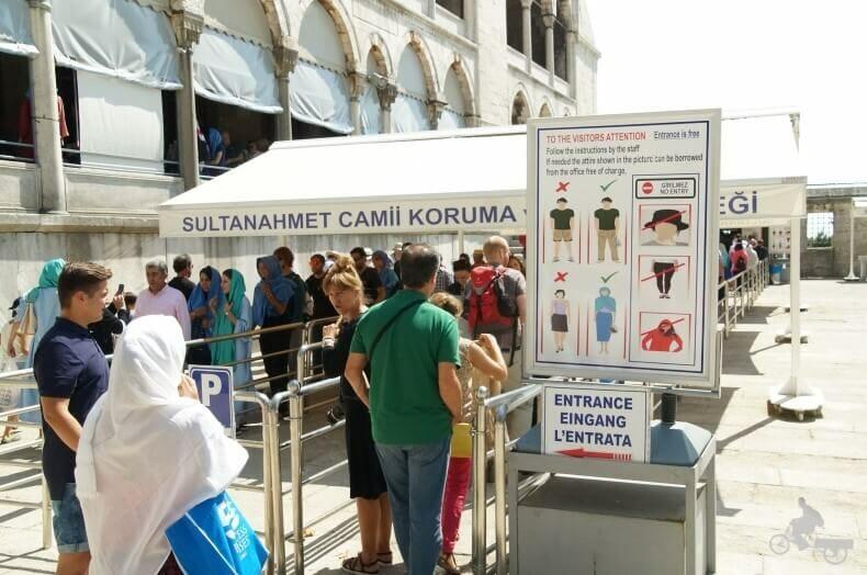 Entrada a la mezquita Azul de Estambul