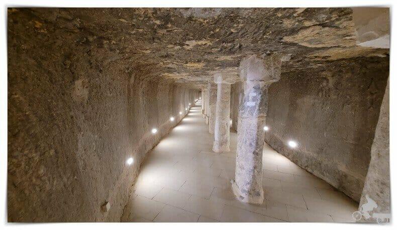 corredor con columnas Interior de la pirámide escalonada