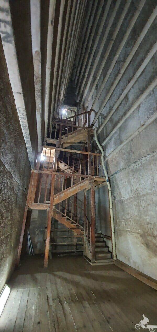 escaleras del interior de la Pirámide Roja