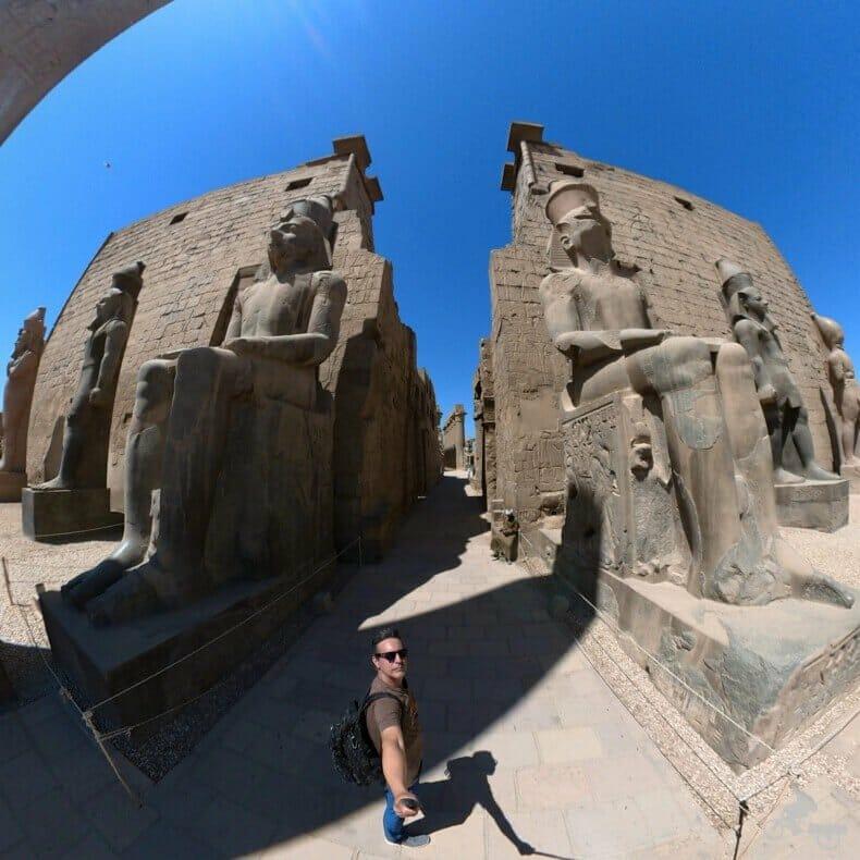 colosos de Ramsés II en el acceso al templo de Luxor