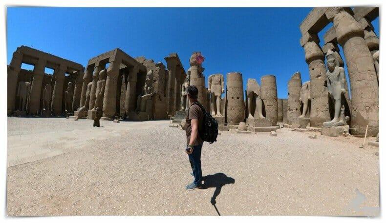 2 colosos de Ramsés II sentados preceden la entrada de la columnata procesional de Amenhotep III